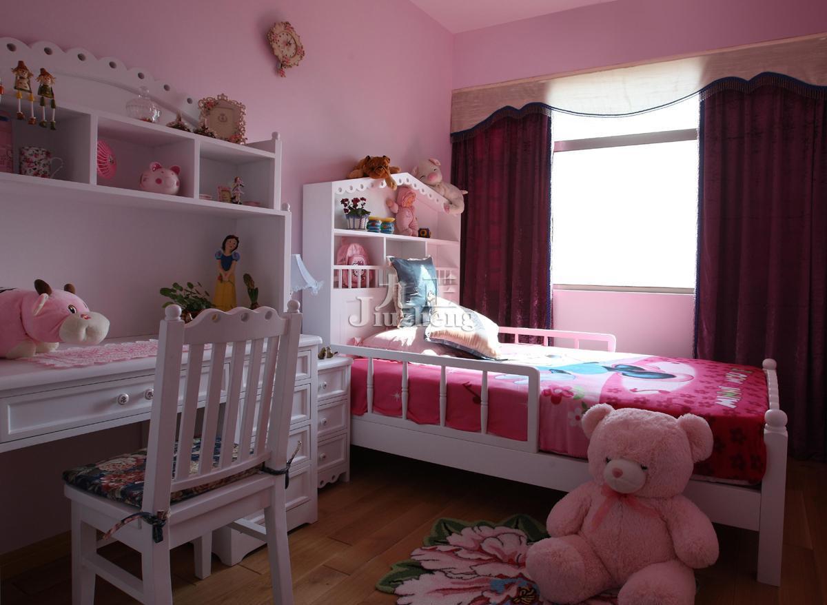 2017女孩双人房卧室装修效果图 二胎政策儿童双人卧室装潢布置装修效果图 温馨女孩卧室规划布置的很不错,实木的双层床在室外放置,材质更坚固稳定,四周也有护墙板的衔接,带来了安稳的入睡体验,前方是迷你图案的地板安装,更加便捷装修公司排名前十强,能够己冲,对头部也产生了保护。